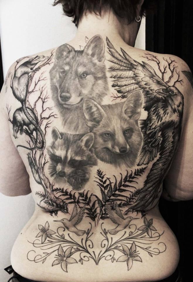 Défi relévé : compléter le dos de Miss S en mettent en valeur ses tattoos de portraits d'animaux.